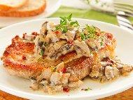 Рецепта Печени свински пържоли със сметана, топено сирене, лук и гъби в тава на фурна